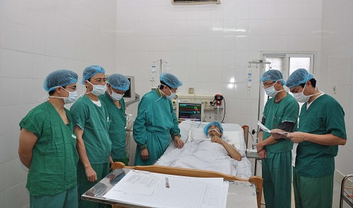 Doctors visit a patient after his operation at a hospital in Hanoi (credit: Tuoi Tre)